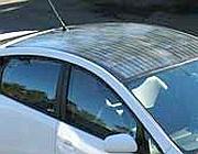 Il tetto di un'auto Toyota sperimentale coperto con pannelli solari