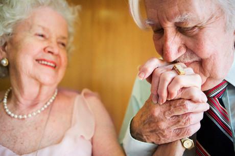 l'uomo e la donna. La Donna vive il processo di invecchiamento in maniera assai diversa dall'uomo.